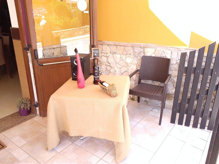 Restaurante Taberna Portuguesa in Carvoeiro,Lagoa,Algarve,Portugal perfekt um draussen auf der Esplanada zu Essen.