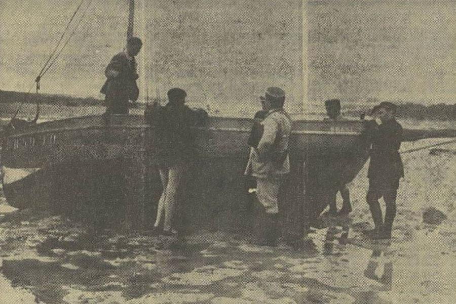 A bord du Cours-après, le patron Le Pors explique le naufrage aux gendarmes (photo Dépêche de Brest)