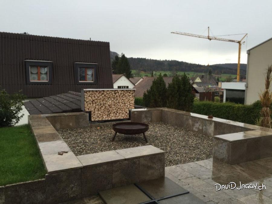 Feuerschale und Holzbox am Treffpunkt für Grillfeste. Herzlichen Dank dem Kunden für das Foto.