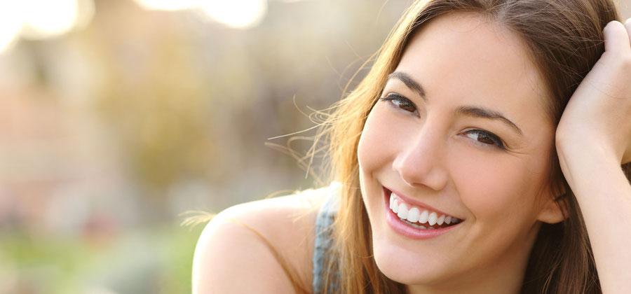 Weisse und strahlende Zähne für ein perfektes Lächeln