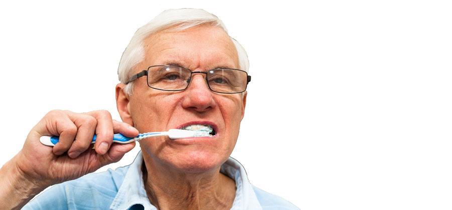 Sorgfältige Mundhygiene bei einer Zahnkrone