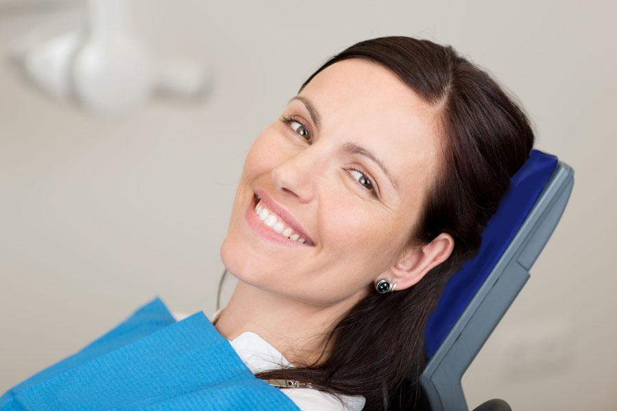 Professionelle Zahnreinigung durch unsere Dentalhygienikerin – Sauberkeit bis in den letzten Winkel der Zähne