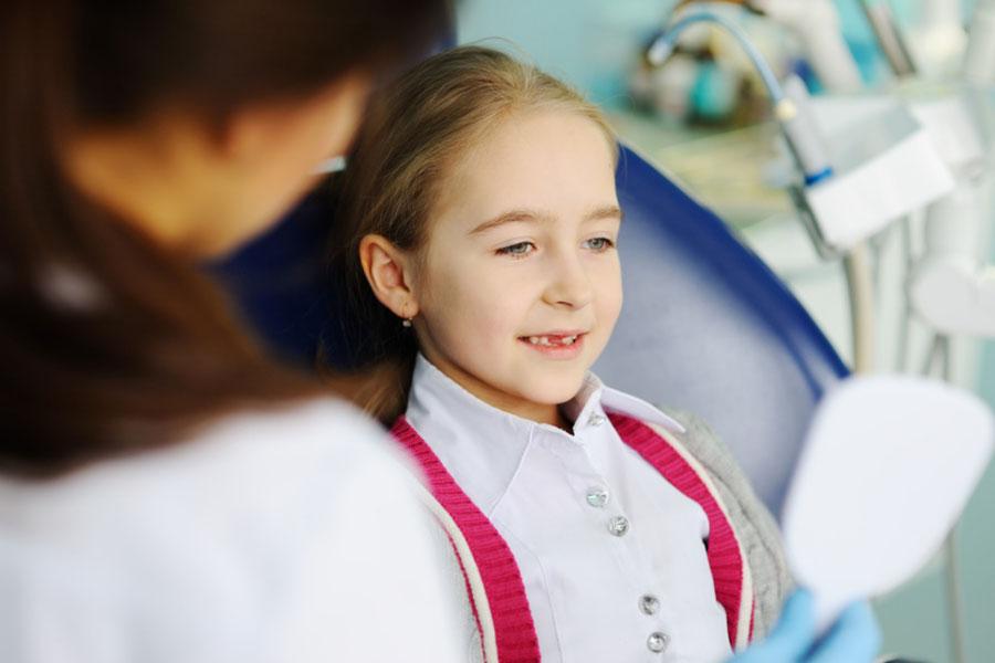 Kinder werden in der Zahnarztpraxis Dr. Farspour warmherzig und liebevoll behandelt.