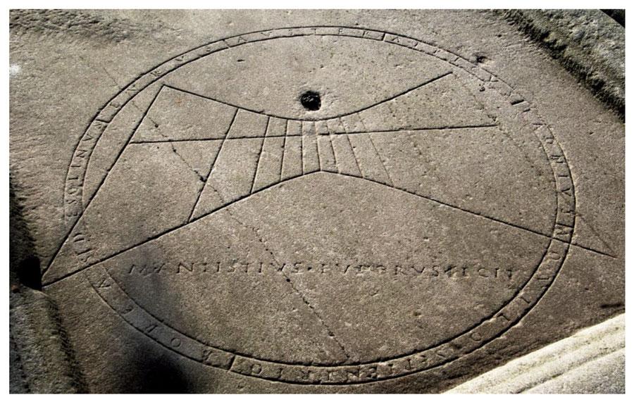 Fig. 9 - rappresentazione del tracciato gnomonico, circondato e in parte intersecato da due circoli concentrici entro i cui solchi sono scritti i nomi dei venti antichi  e il nome di M. ANTIUSTIUS EUPORUS FECIT.