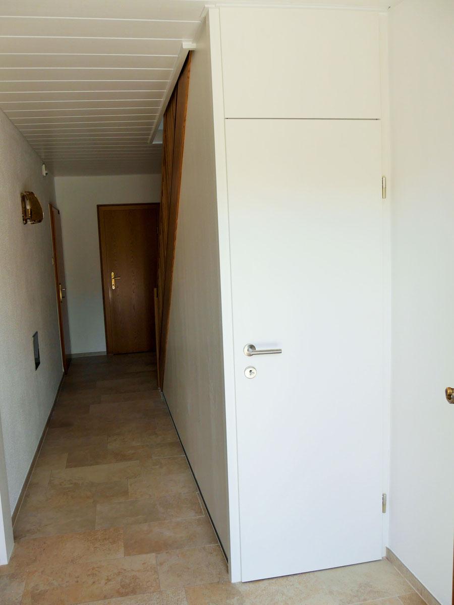 Trennwand mit Kellerabgangstür in Esche weiß lackiert (offenporig)