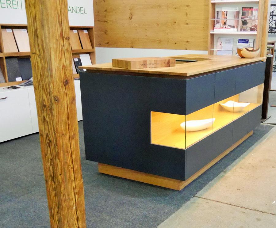 Küchenblock mit Miele Induktionsfeld und integriertem Muldenlüfter