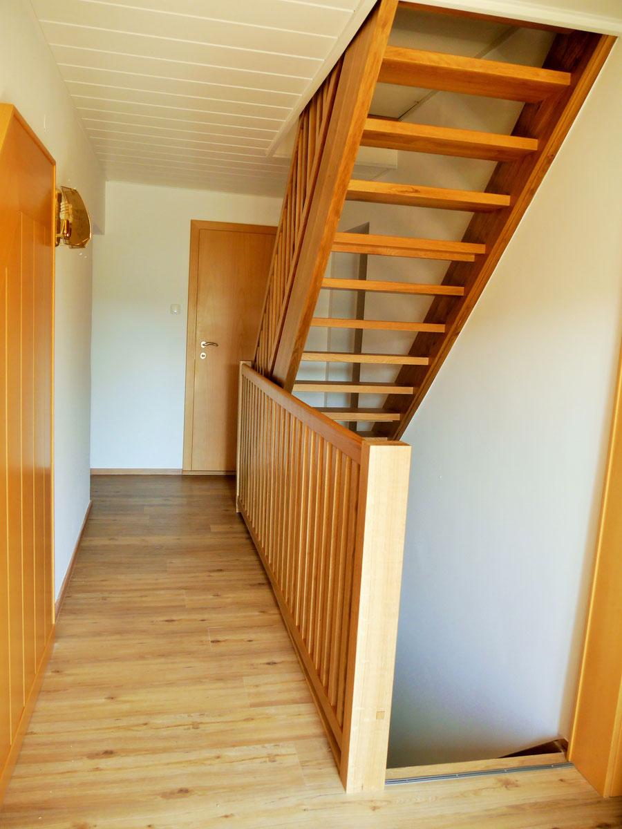 Vinylboden Eiche Natur; offene Dachbodenstiege und Geländer Eiche massiv, Natur lackiert; Deckenpaneele und Verkleidung in Esche weiß lackiert (offenporig)