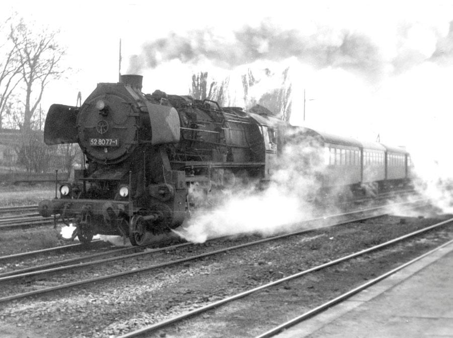 Die Esslingerin 52 8077-1  am  13. Dezember 1980 mit einem Personenzug im Bahnhof Röblingen.  Foto:  Frank Pilz  (mit freundlicher Genehmigung)
