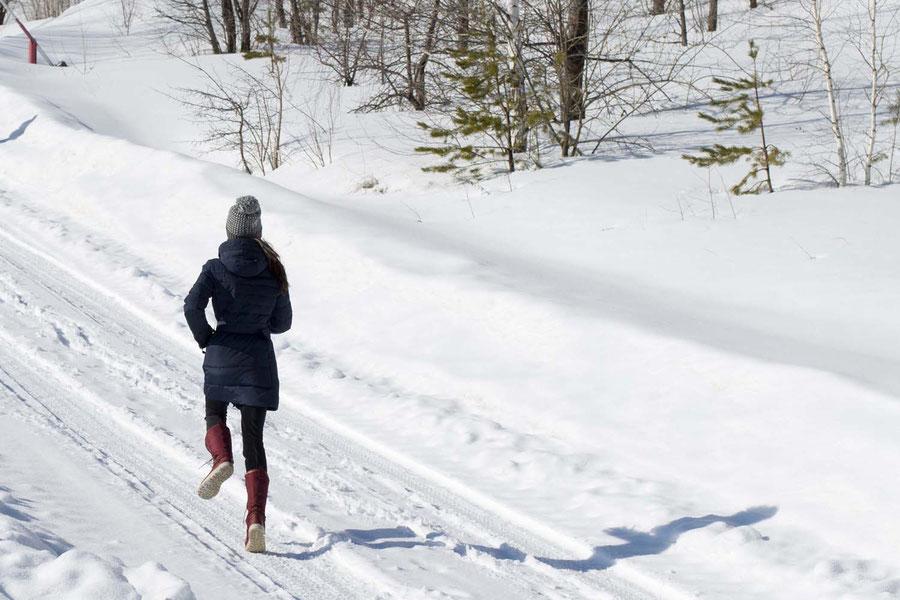 Rennend im endlosen Schnee, Samara, Russland