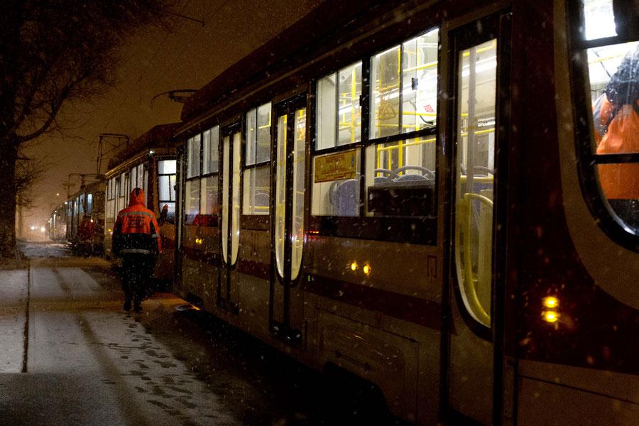 Stromausfall bei Straßenbahnen im Aprilschneesturm, Samara, Russland