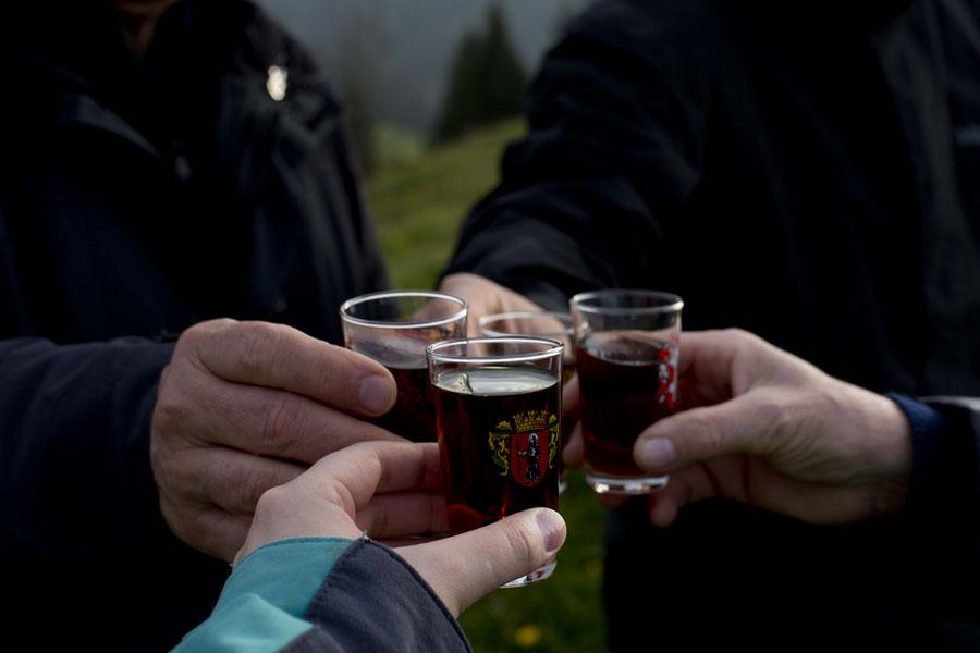 Appenzeller trinken, wie es sich gehört, Appenzell, Schweiz