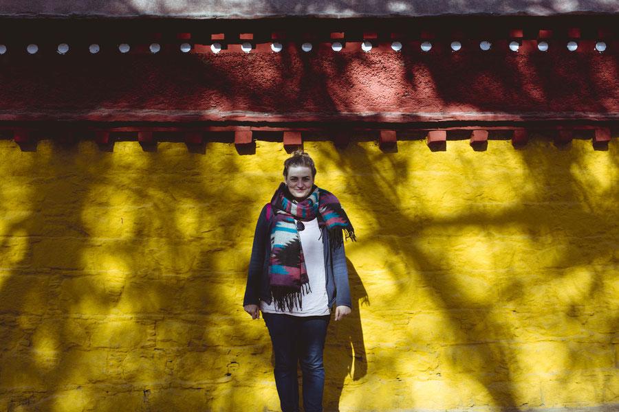 Vor einer Wand im Sommerpalast, Lhasa, Tibet, China
