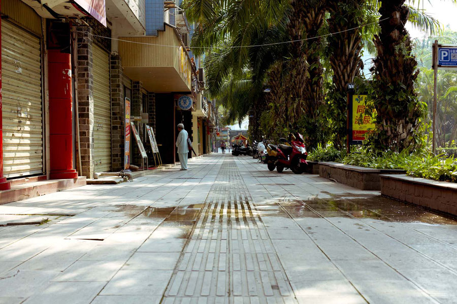 Straße mit Tai-ji-Klamotten, Jinghong, China