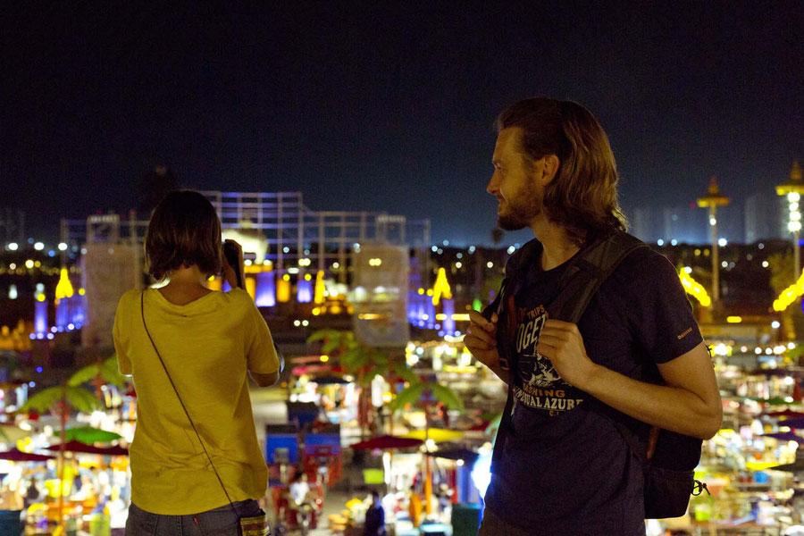 Mit Leo und Sebastian auf dem Nachtmarkt in Jinghong, China