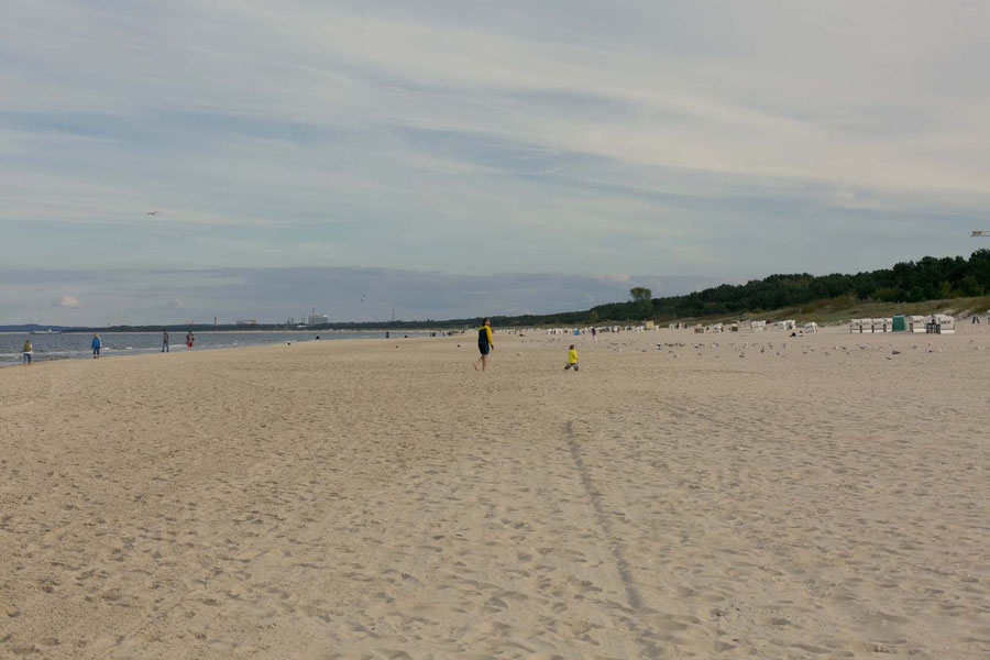 The Beach in Ahlbeck with kids in yellow coats and old people walking along the sea
