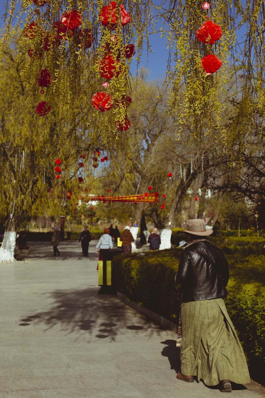Tibetische Frauen tragen, wenn sie verheiratet sind, Rock, Schürze und Hut, Tibet, China