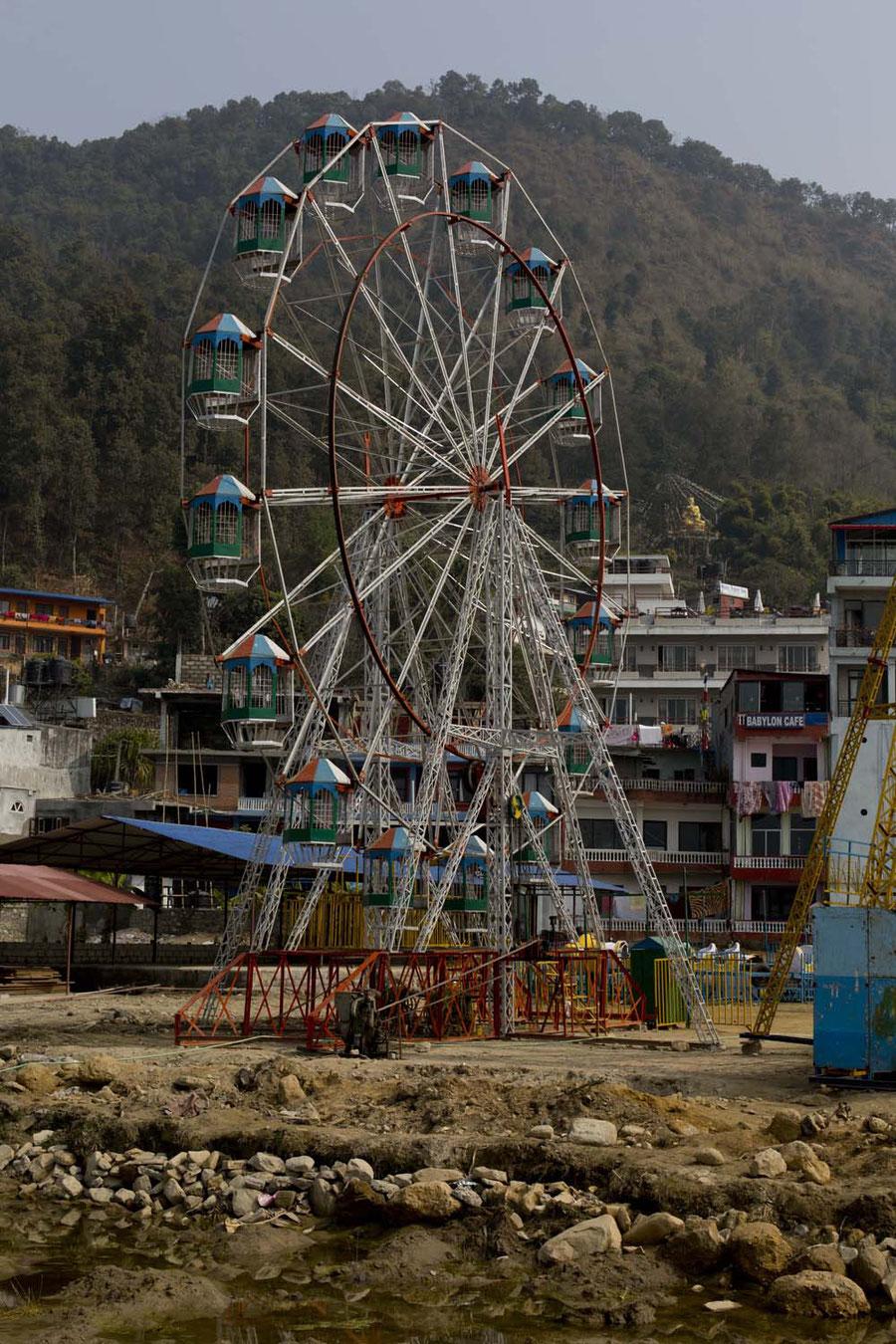 Riesenrad auf Sumpf, keine gute Idee, Pokhara, Nepal