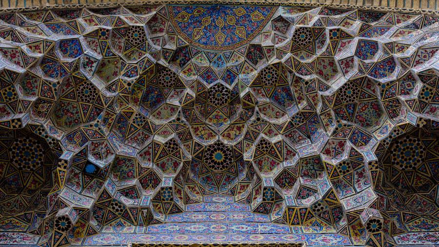 Eingangsportal der pinken Moschee, Shiraz, Iran