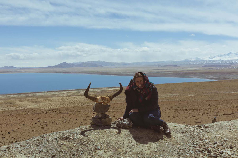 Pause beim Totenkopf, Bergsee und Wüste, Tibet, China