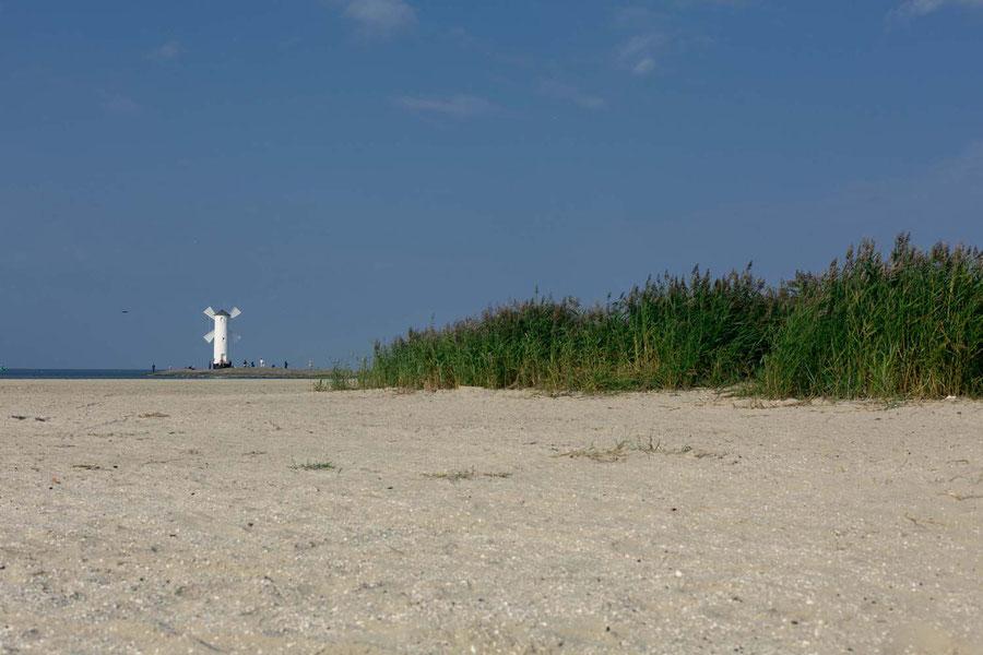 Windmühle am äußersten Zipfel des Strandes in Swinouscie.