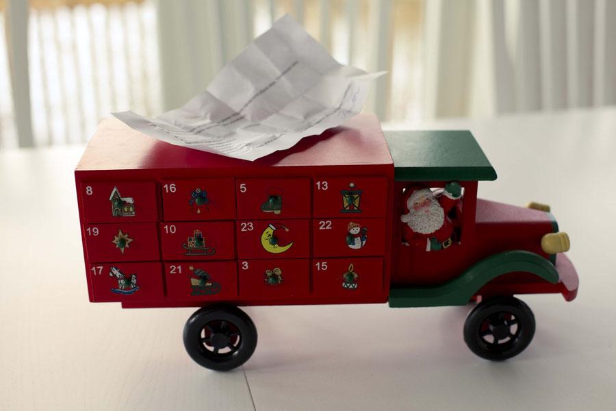 Der Hölzernenlkwgeschenksuchkalender, Finland, Weihnachten und Ostern in einem.