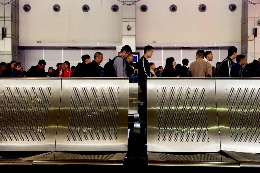 Warten auf den Zug in Chengdu, China