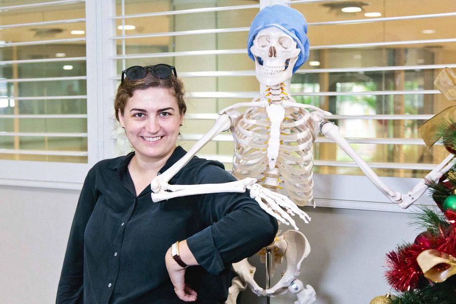 Mit Skelett posierend bei dem Shoot eines Krankenhauspomovideos, Sydney Australien