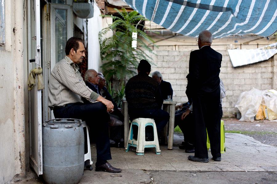Tee trinken im Bazaar von Rasht, Iran