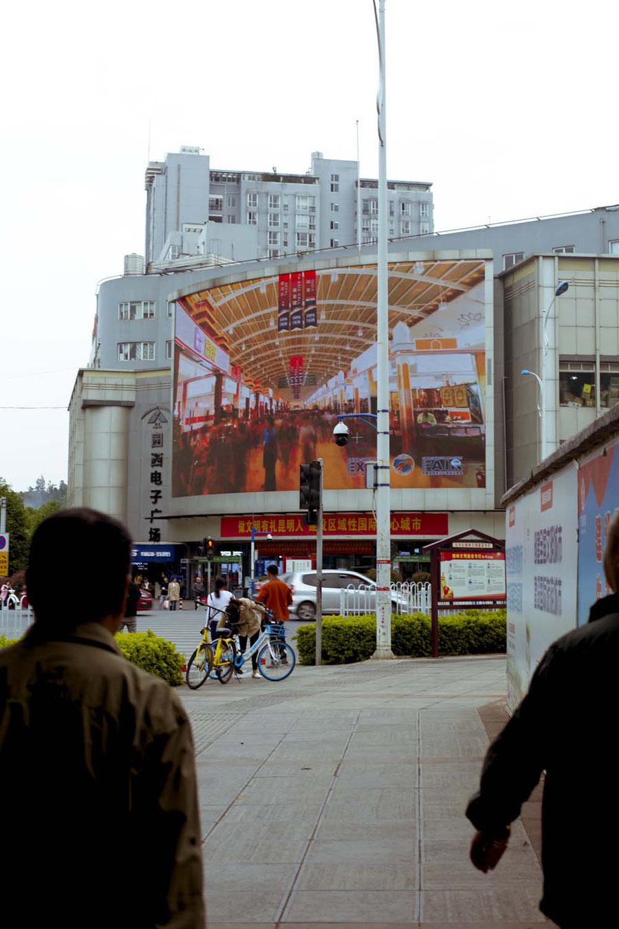 Die stereotyp-verrückten Kreuzungen und Werbebanner, Kunming, China