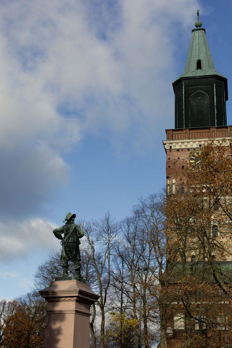 Statur vor dem Dom in Turku, Finnland