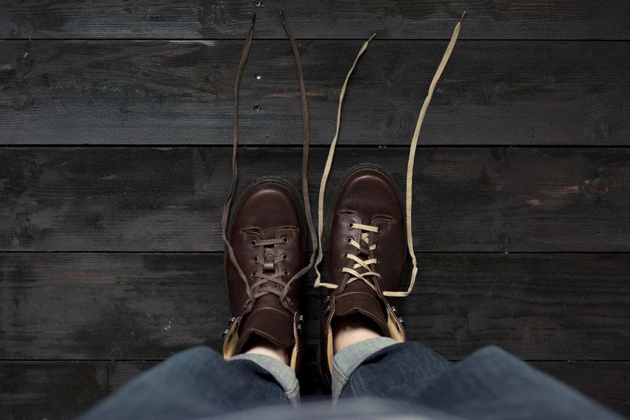 Schuhe auf Holzfußboden