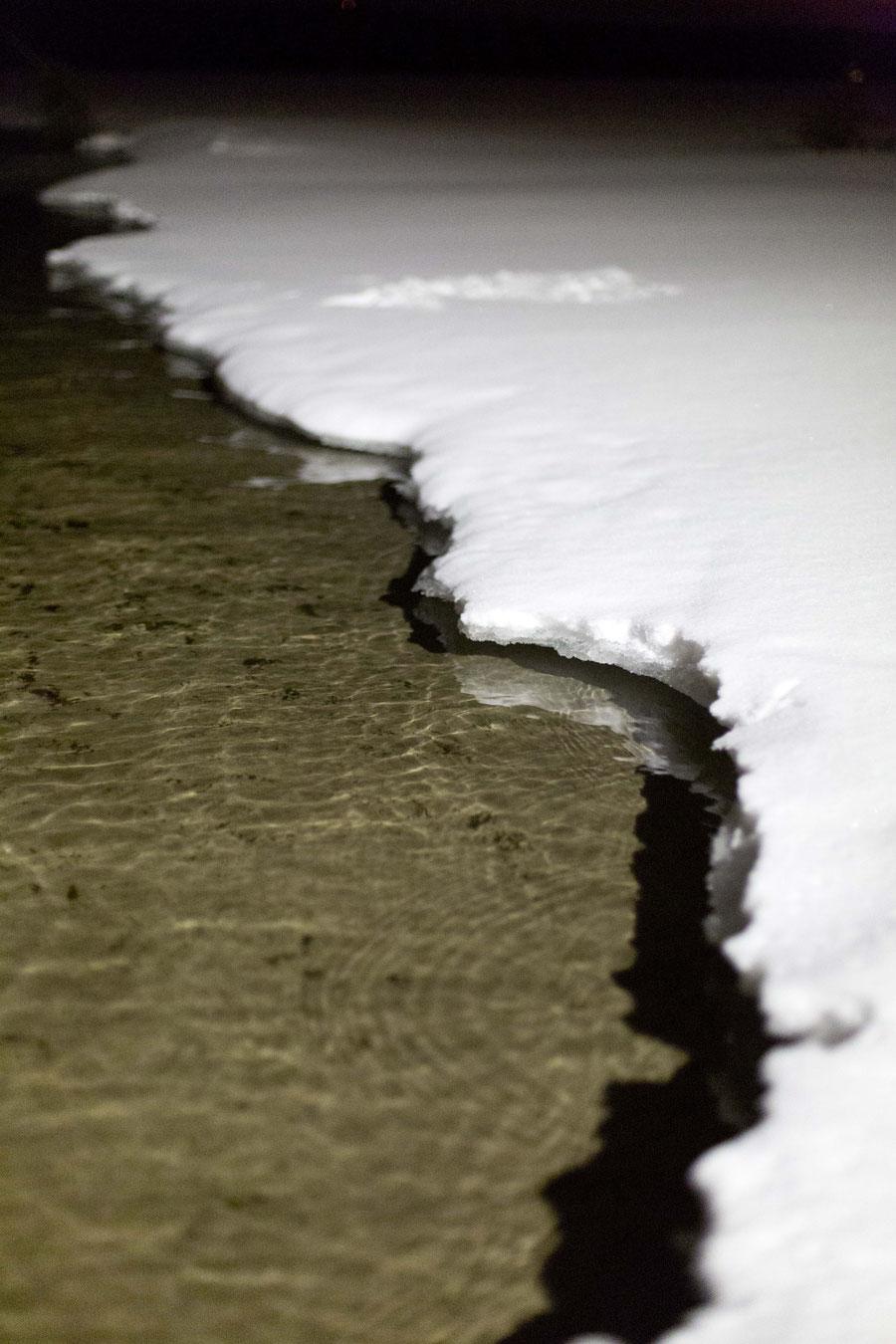 Der Säksjärvi unter einer Schicht aus Eis und Schnee, Finnland