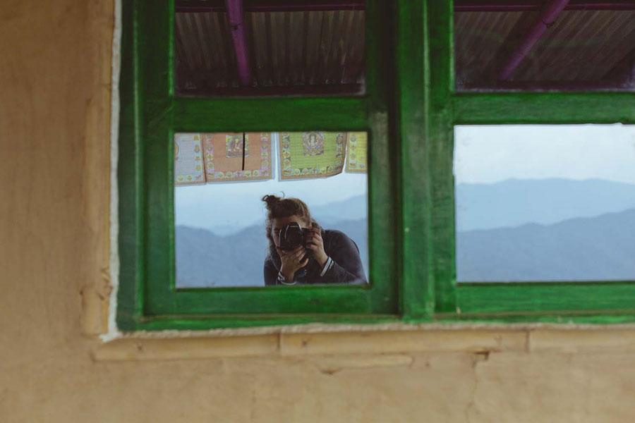 Lehmhütte, Wellblechdach und verspiegelte Fenster, Sisters Homestay, Nagarkot, Nepal