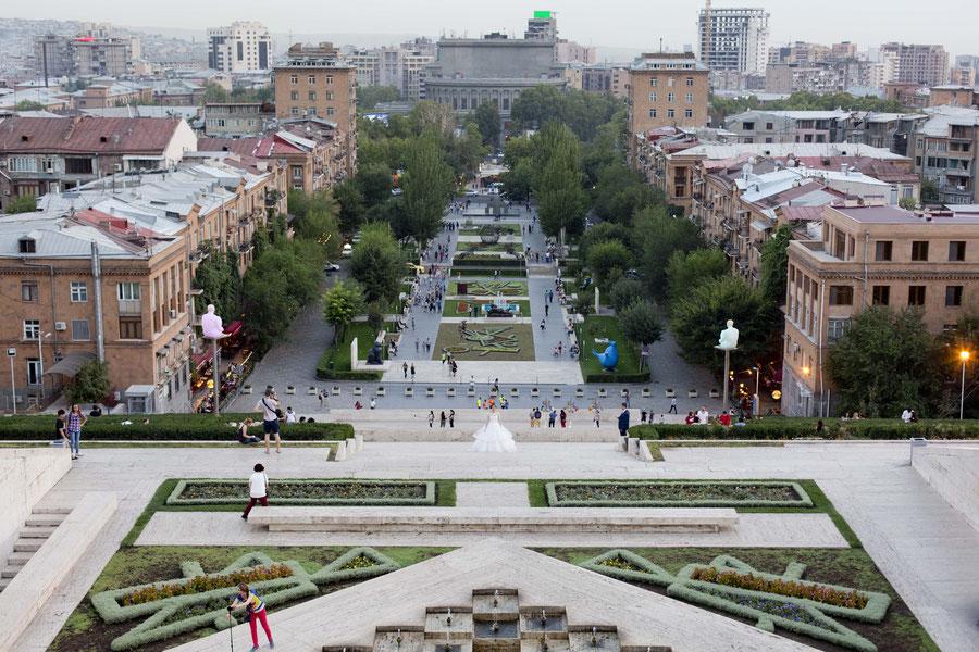 """""""All about that bride"""", Blick auf Jerewan von der Cascade aus, Armenien"""