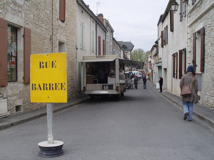 Rue barree in einem Dorf in Nouvelle-Aquitaine, Frankreich
