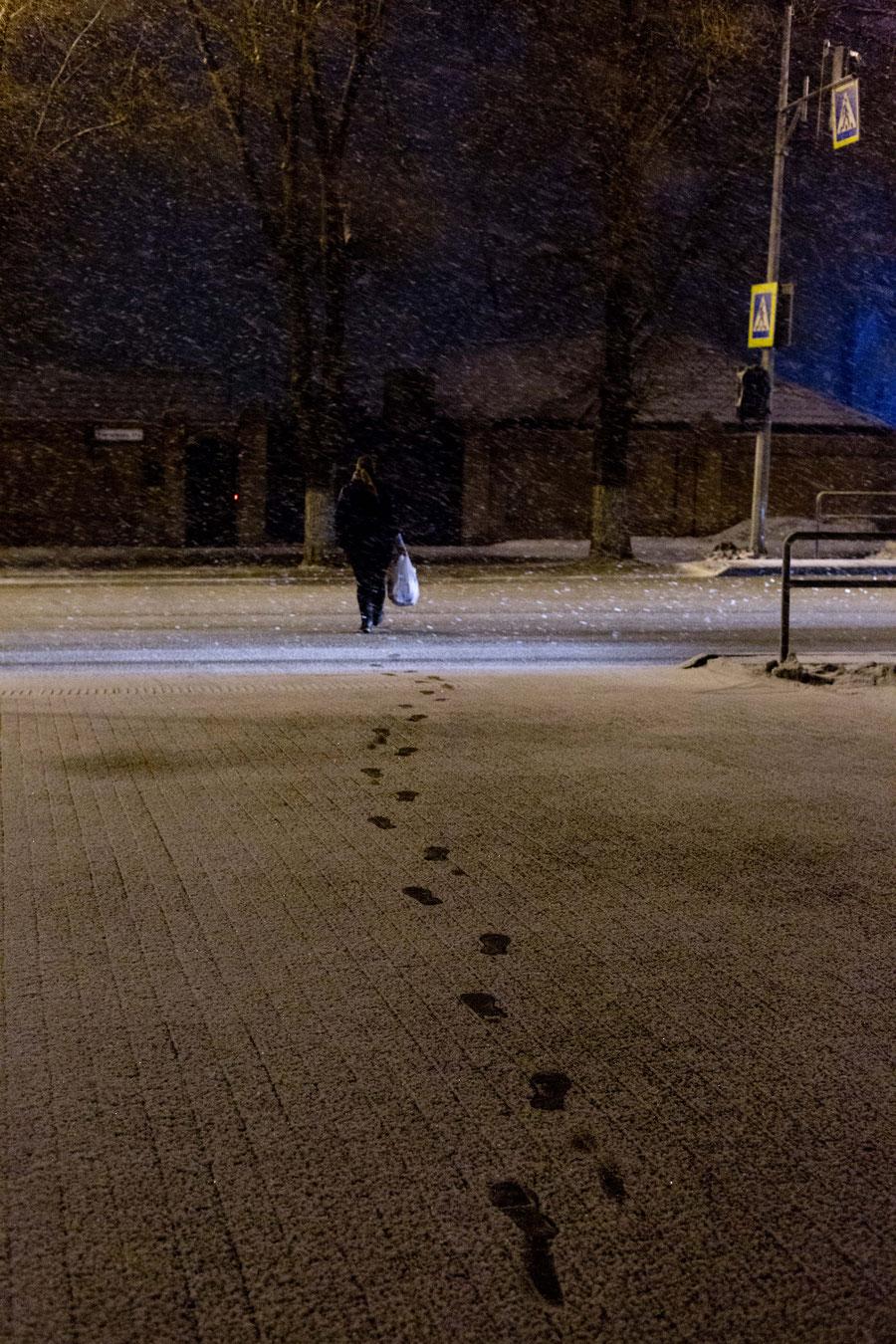 Mein täglicher Zebrastreifen im Aprilschneesturm, Samara, Russland