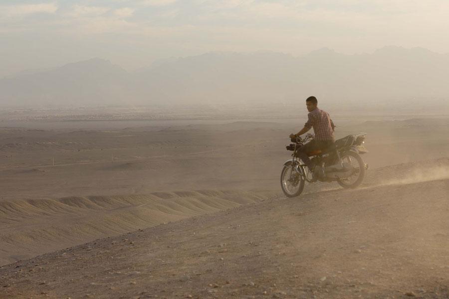 Fotografieren in Grenzregionen ist streng verboten, Also ein Bild von einem jungen Iraner in der Wüste, Yazd, Iran