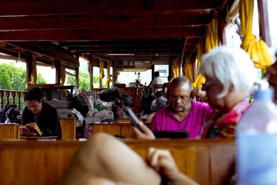 Der Innenraum des Langbootes, auf dem Mekong, Laos