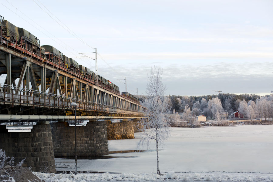 Brücke über dem gefrorenen Fluss Kemijoki, Rovaniemi, Finnland