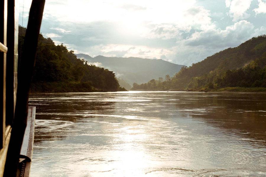 Die goldene Sonne nach dem Sturm, auf dem Mekong, Laos