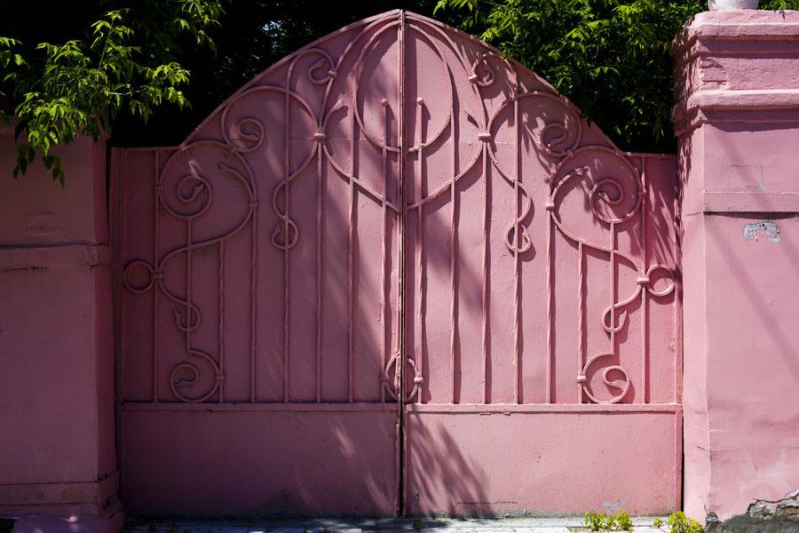 Pinkes Tor in der Mittagshitze, Samara, Russland