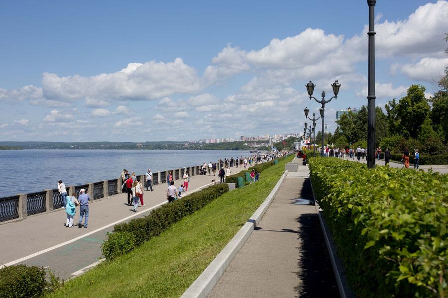 Die Uferpromenade im Sommerkleid, Samara, Russland