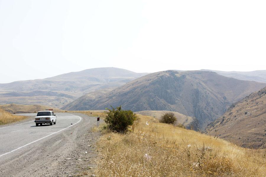 Die Straße nach Dschermuk ist typisch für Armenien.
