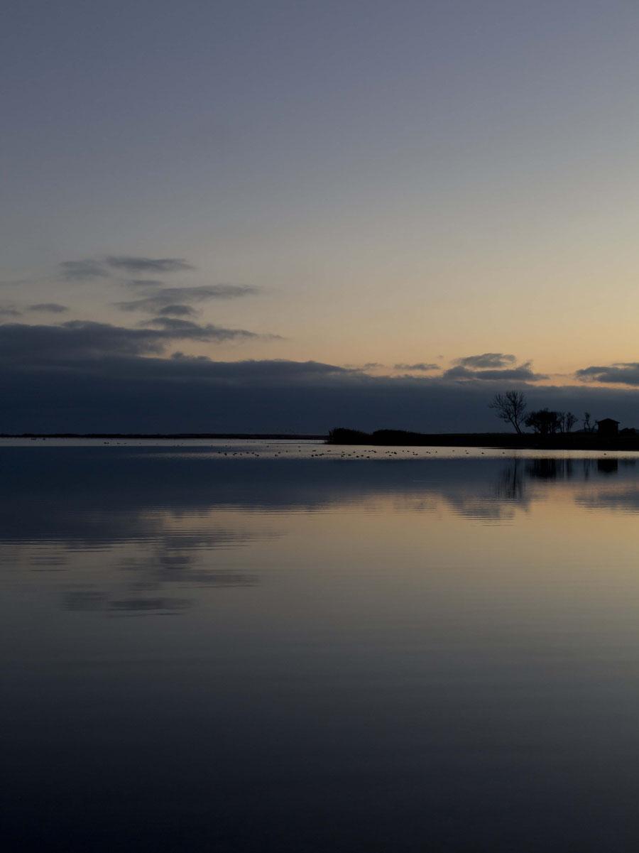 Das Ufer in Kuressare, Saaremaa, Estland, bei klarem Himmel.