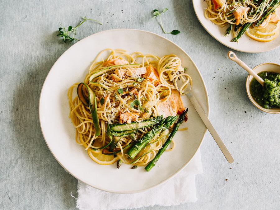 Spaghetti in Spargelpesto mit Lachs und gebratenem Spargel
