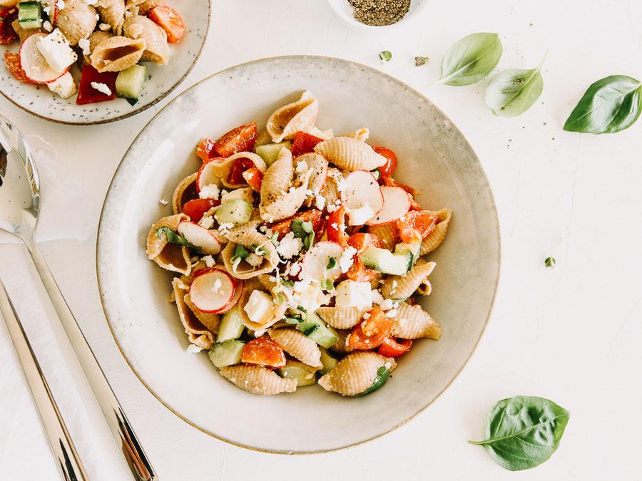 Dinkel-Pastasalat mit viel frischem Gemüse
