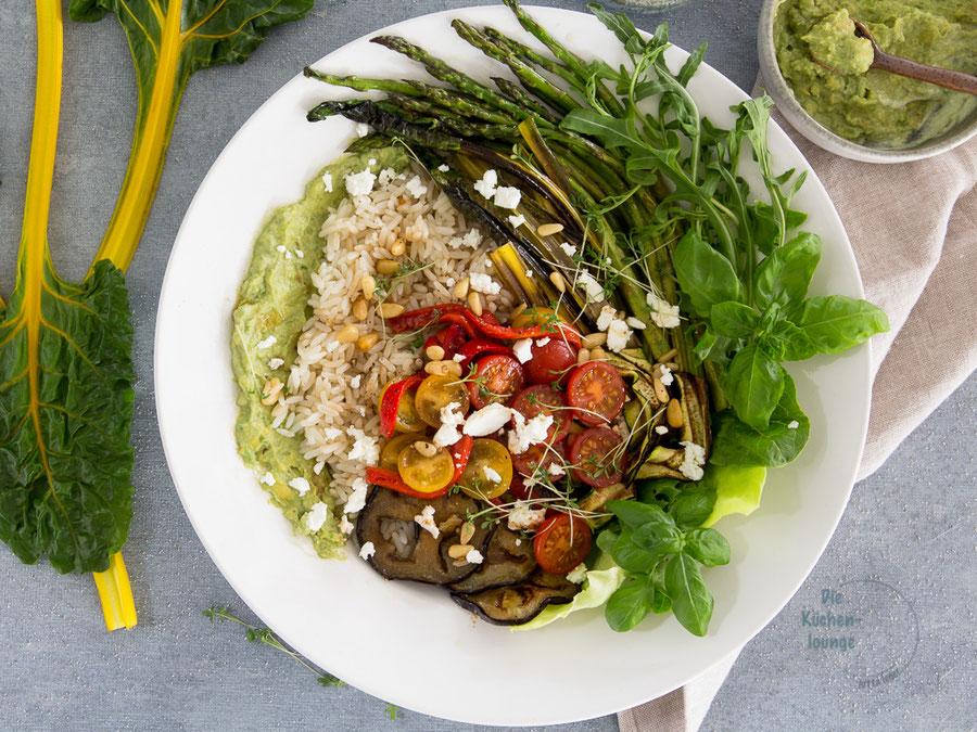 Reissalat mit Spargel und cremigem Avocadodip