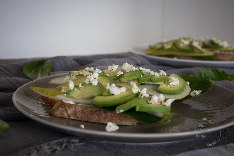 Fedda ruscia - geröstetes Brot mit Avocado, Birnen und etwas Schafskäse
