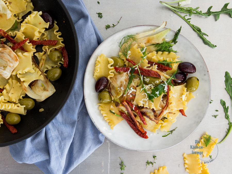 Pasta mit eingelegten Oliven & Tomaten und gebratenem Fenchel