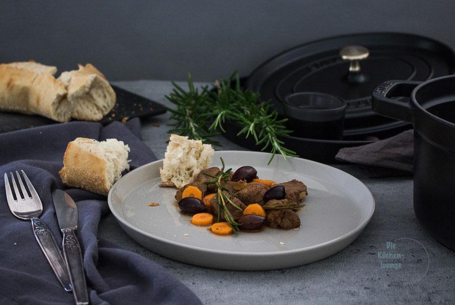 Rinderragout mit Karotten, Oliven und Rosmarin